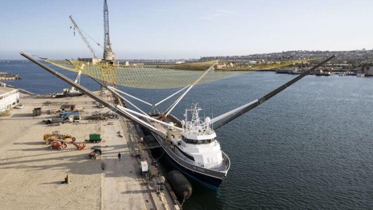 Как SpaceX ловит части своих ракет при помощи плавающего корабля?