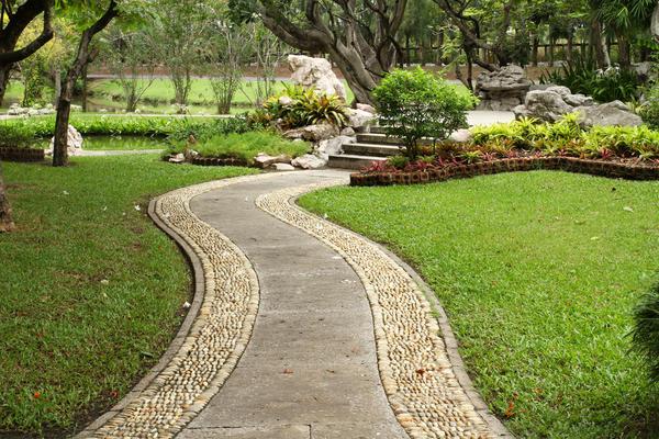 Для украшения бетонной дорожки можно использовать гальку