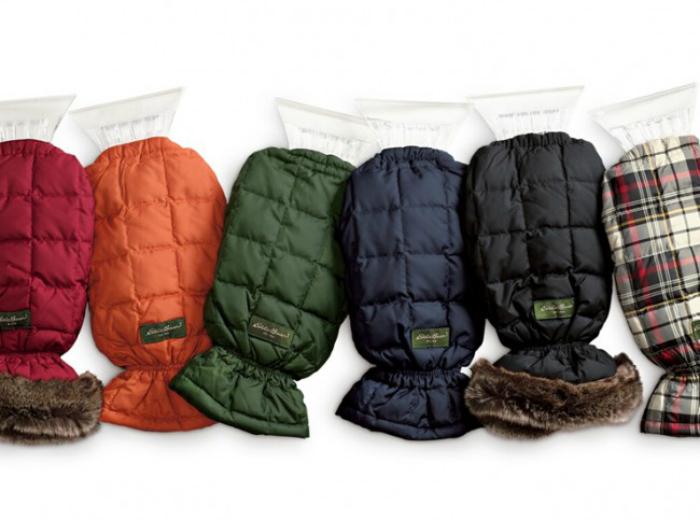 Теплая варежка из плотной ткани, в которой спрятана рукоятка скребка. Такой аксессуар защитит руки во время чистки автомобиля от снега и льда.