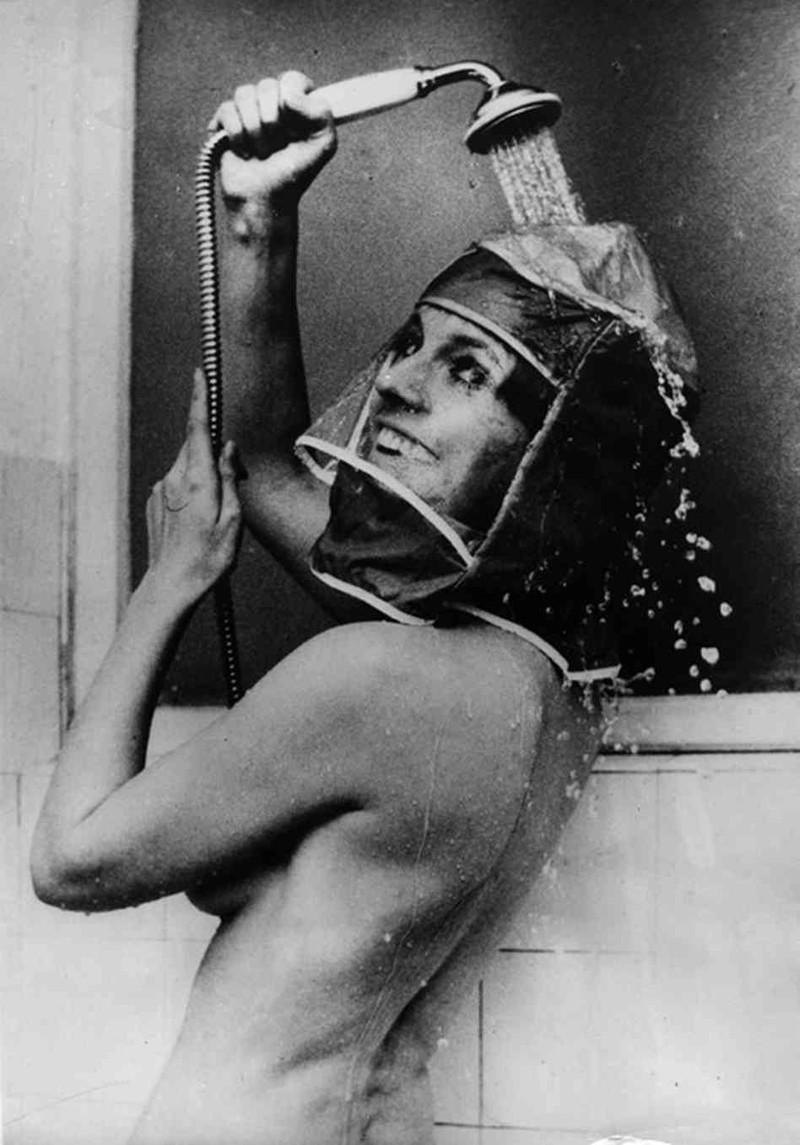 19. Гермошлем для душа, 1970 год. Для сохранения макияжа и прически. интересное, исторические фото, история, фото