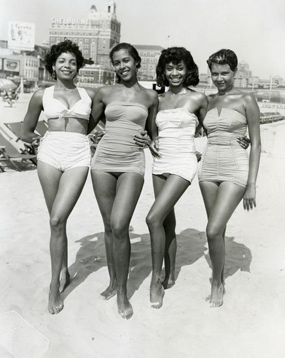 Фотосессия на пляже: девушки демонстрируют отличную физическую форму