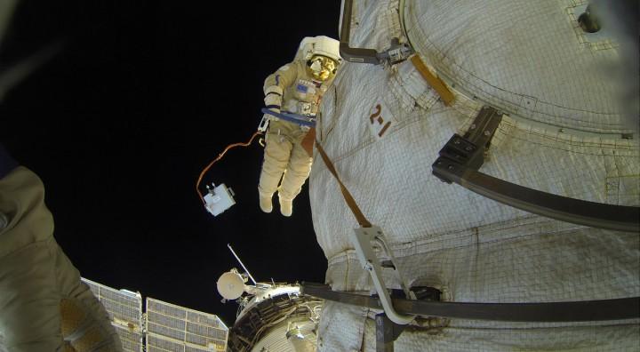 Сергей Волков опубликовал фотографии выхода в открытый космос на МКС