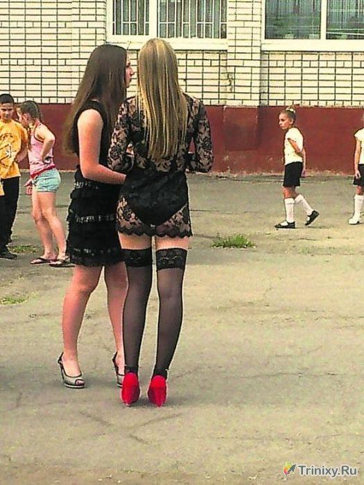 выпускницы эротично позируют