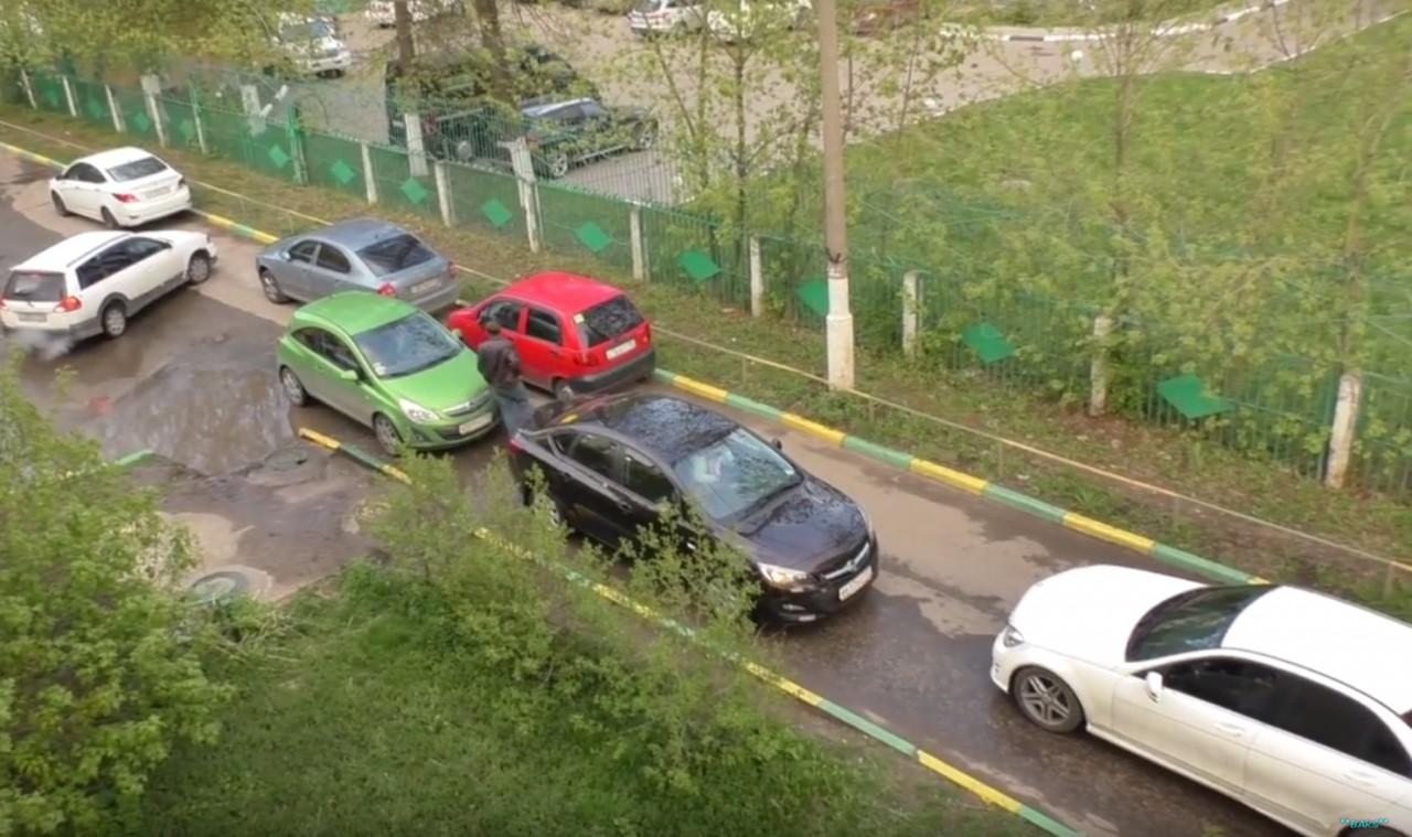 Противостояние двух автомобилисток. Кому придется уступить?
