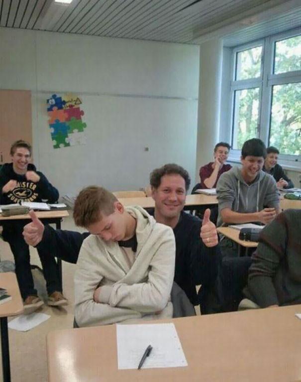 9. Преподаватель сфотографировался со спящим студентом  подборка, учитель, юмор
