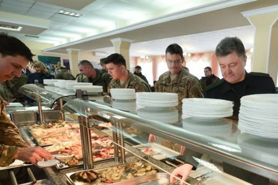 Порошенко высмеяли после обеда с военными США