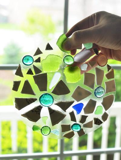Прелестные мозаичные ступеньки для сада. Найди применение битой посуде и оставшемуся цементу!
