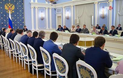 Медведев поручил кабмину учесть в проекте бюджета предложения Путина по пенсиям