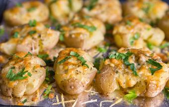Картошка в духовке под сыром с чесночным маслом