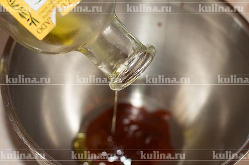 В миске смешать соус и масло.