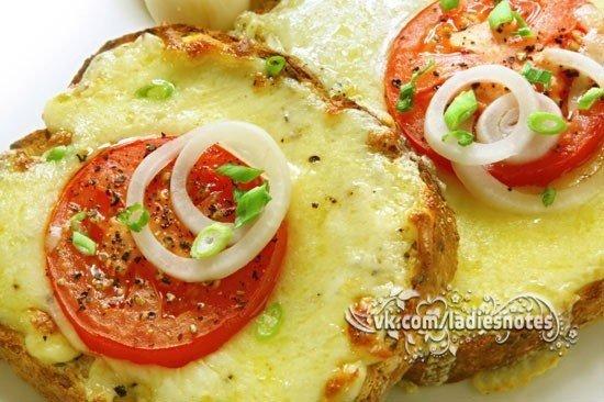 Горячие бутерброды с сыром и помидорами на завтрак