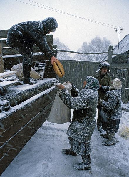 Магазина в деревне нет, торгуют с кузова. Фото: Игорь Шпиленок