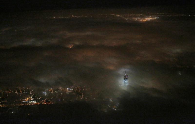 19. Верхушка башни Всемирного торгового центра 1 над облаками. наш мир, удивительные фотографии