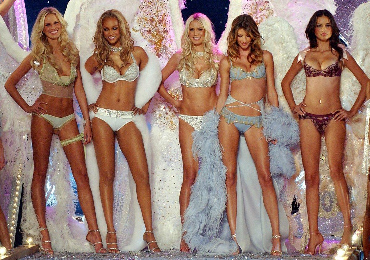 Как менялось модное шоу Victoria's Secret на протяжении 20 лет