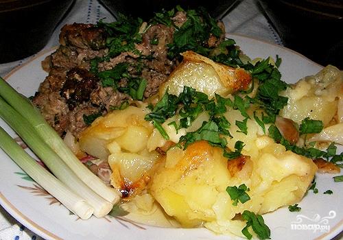 Картофель запеченный с салом в горшочках