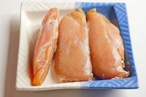 По прошествии суток, грудки промываем под холодной проточной водой, тщательно смываем специи и высушиваем мясо с помощью бумажного полотенца. Мясо стало плотным.