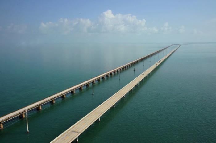 Автомобильный мост длиной почти 11 километров.