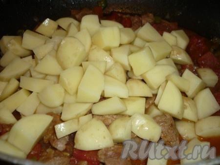 Картофель почистить и порезать кубиками добавить к блюду.