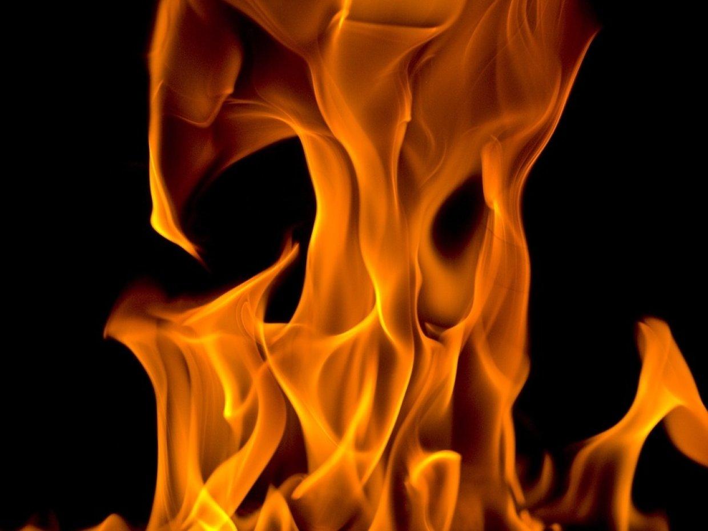 Две бани и комбайн сгорели п…