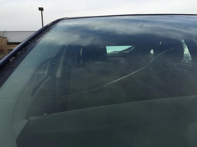 Нанесите на трещины на лобовом стекле прозрачный лак для ногтей авто, интересно, полезные вещи