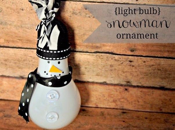 Снеговик - подвеска на елку из старой лампочки