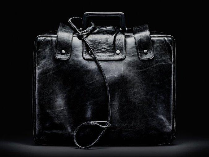 Безобидный портфель может уничтожить мир за несколько минут