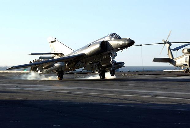 Истребитель-бомбардировщик Super Etendard ВМС Аргентины
