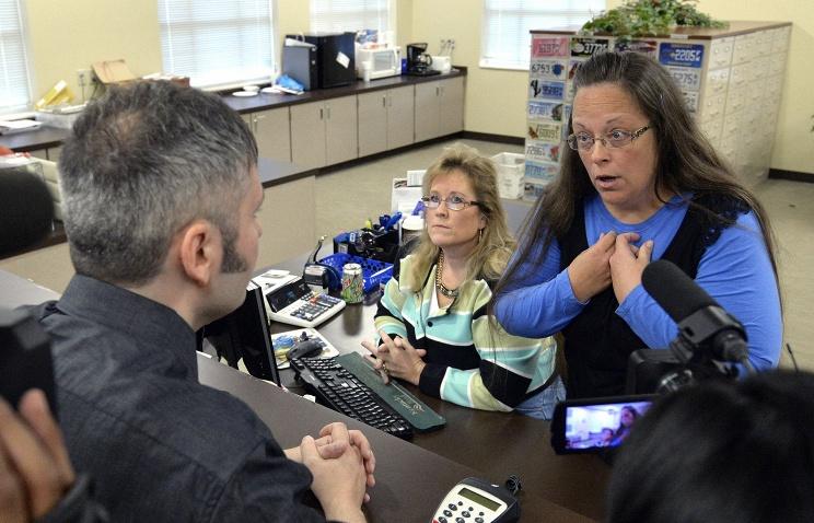 В США задержана служащая, отказавшаяся выдавать свидетельства о браке однополым парам