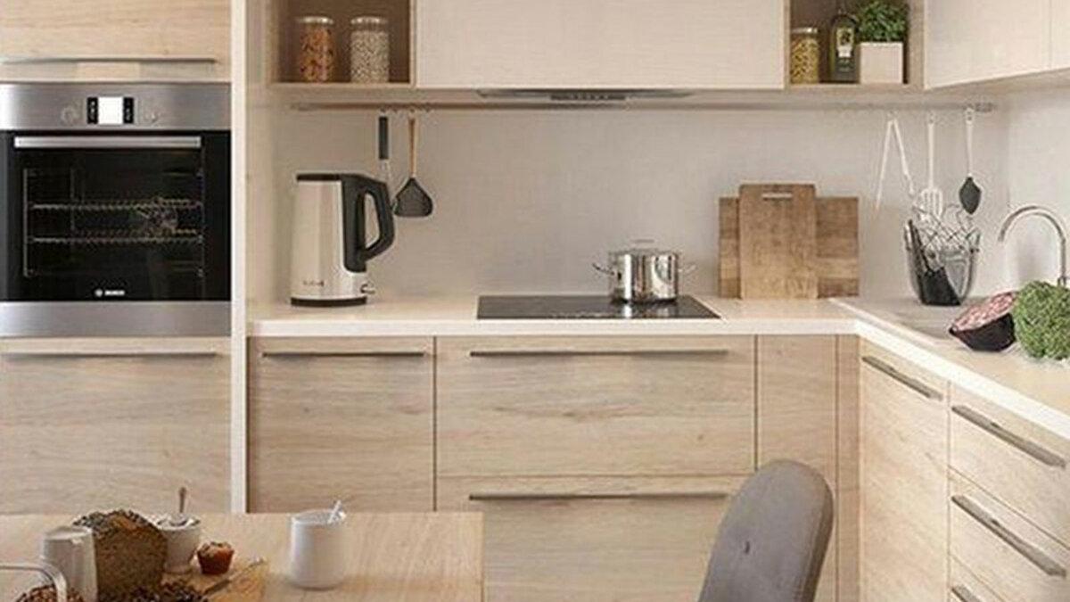 Современный угловой кухонный гарнитур в бежевом цвете.