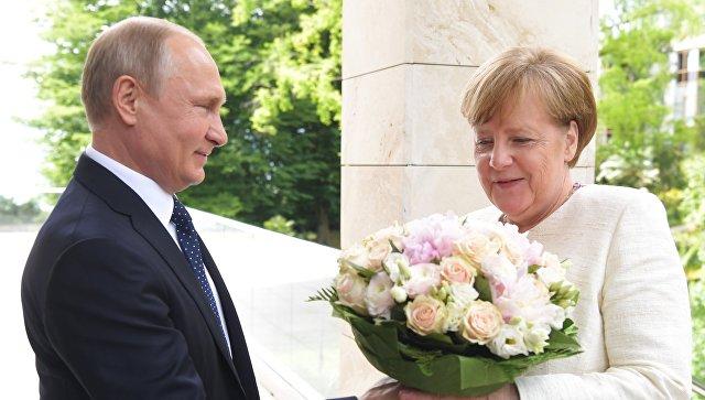"""Bild: Путин """"оскорбил"""" Меркель, подарив ей букет цветов"""