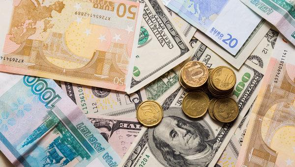 Курс евро превысил 70 рублей, а доллар преодолел 60 рублей впервые с августа