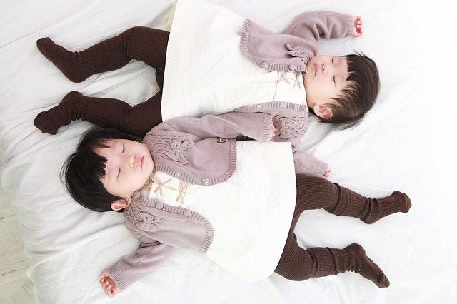 Китайские близнецы с изменен…