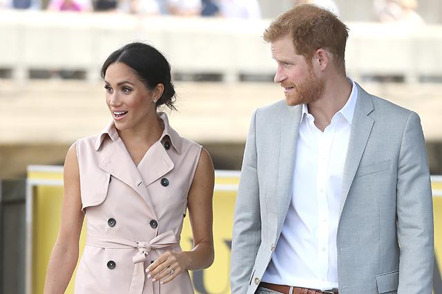 Меган Маркл в нежно-розовом платье и принц Гарри посетили выставку в Лондоне