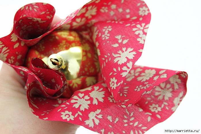 Новогодние венки из елочных шаров (12) (700x466, 247Kb)
