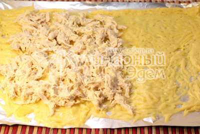 Куриное филе отварить, остудить и мелко нашинковать, добавить майонез, плавленый сыр и  мелко нарубленный чеснок. На расплавленный сыр распределить начинку. - Ведьмино полено. Фотография приготовления рецепта на Хэллоуин.