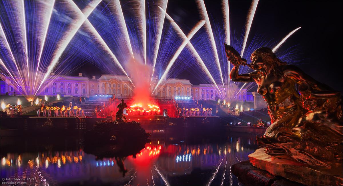 Праздник фонтанов в Петергофе, свето-пиротехническое шоу на большом каскаде