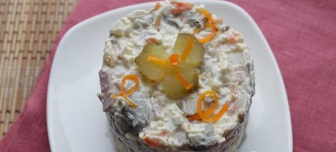 салат с консервированными шампиньонами и ветчиной