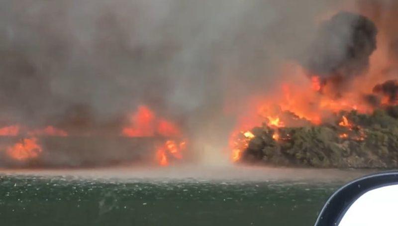 Американцы сняли на видео превращение огненного вихря в водяной смерч