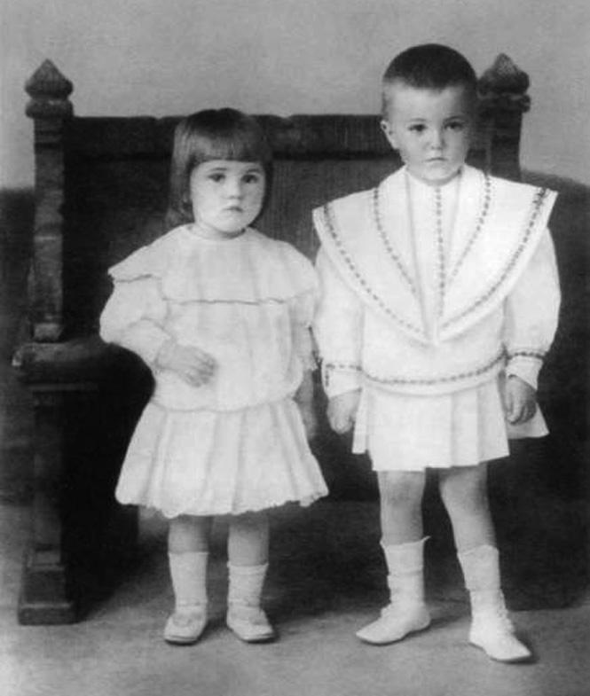 Дети Юрий и Святослав. 1907 год