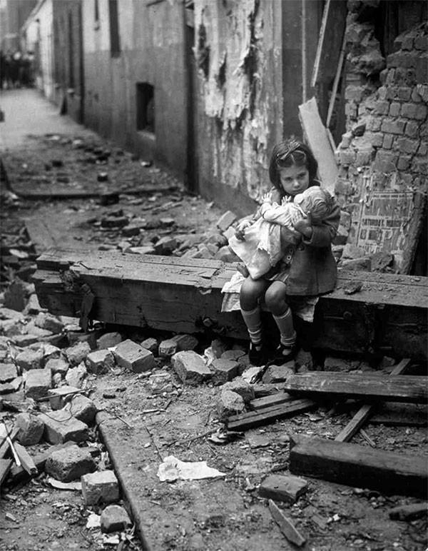 2, Английская девочка, держащая куклу, сидит на развалинах своего разрушенного при бомбёжке дома. 1940 год. история, неизвестные фото, фото