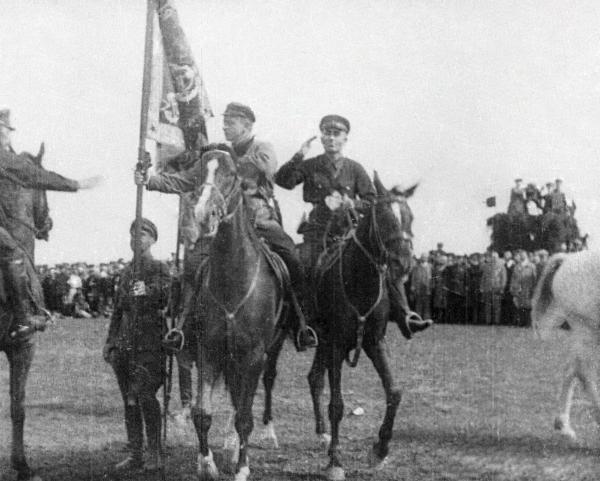 Михаил Тухачевский передает знамя 4-й кавалерийской дивизии Ленинградского военного округа в день ее десятилетия. Кадр из документального фильма
