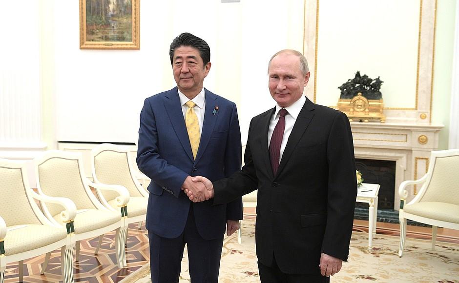 Откровенная и содержательная дискуссия: итоги переговоров Путина и Абэ