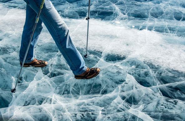 Британец пересек замерзшее озеро в одних джинсах и старых ботинках