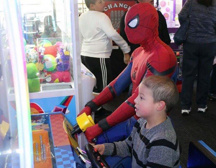 С 2014 года он навестил 10000 детей болезнь, герой, история, костюм, мужчина, помощь, ребенок, человек паук