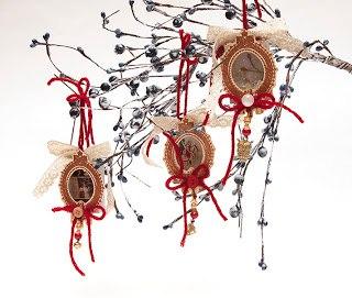 Украшаем новогоднюю елку с помощью доступных украшений.