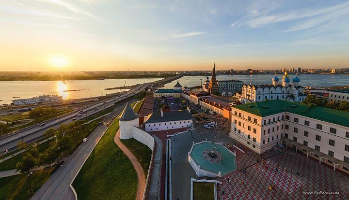 Вид с воздуха на Казанский кремль и Волгу