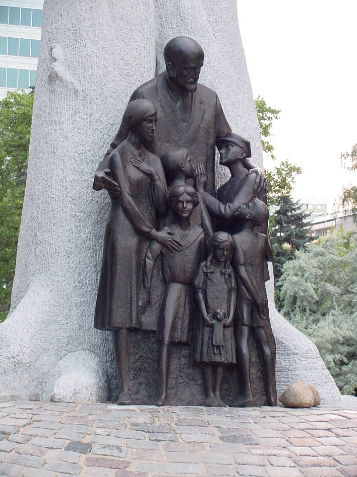 Памятник Янушу Корчаку в Варшаве