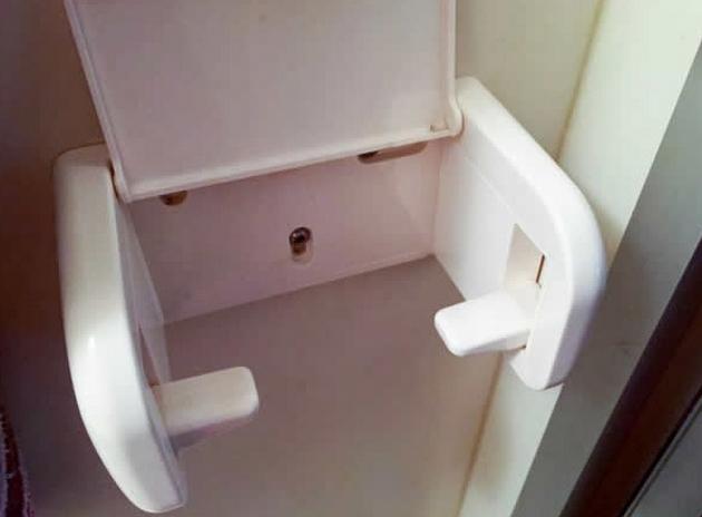 Держатели для туалетной бумаги.