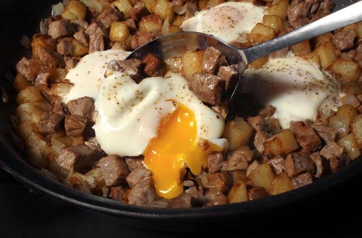 Яйцо с картофелем и стейком