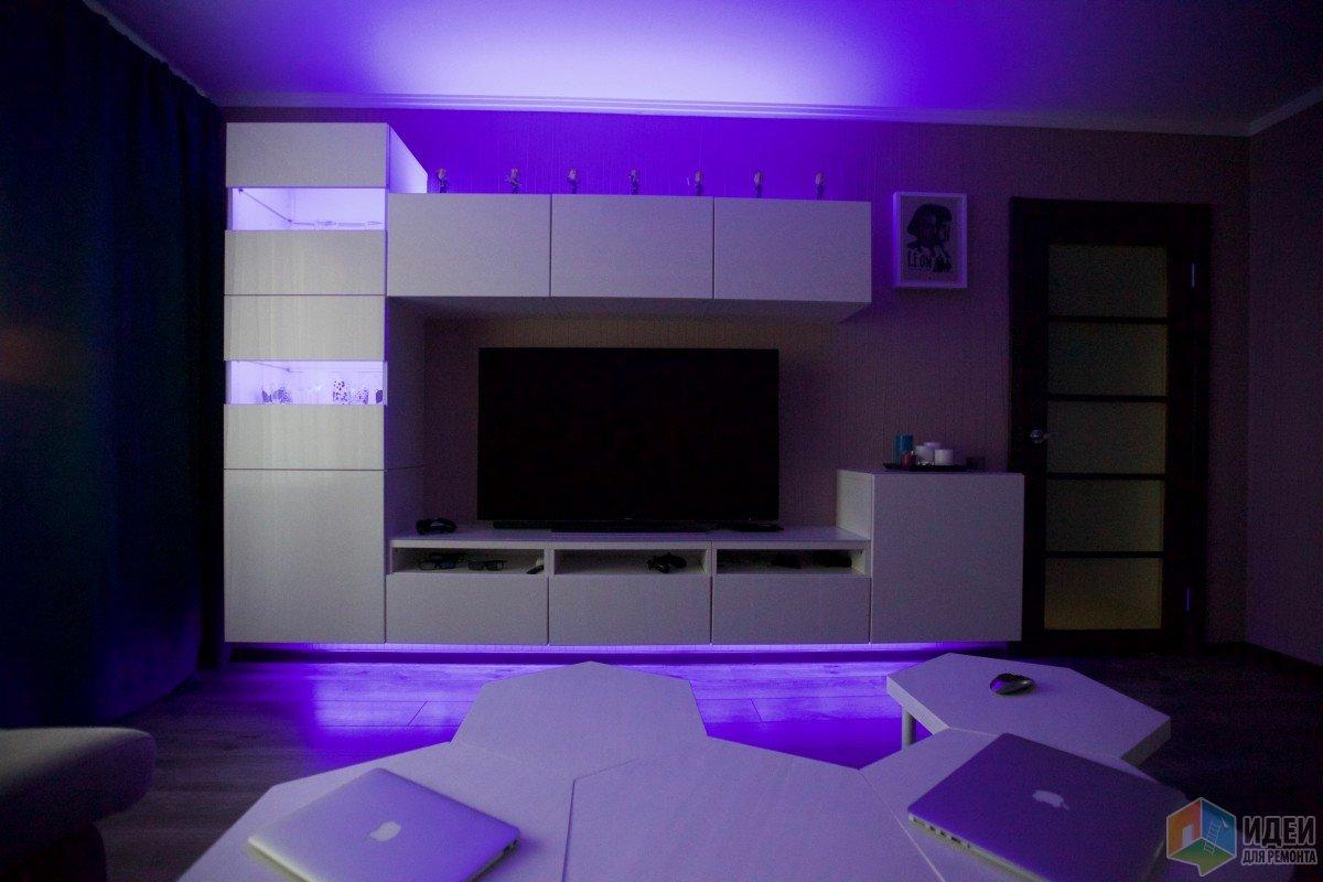 Интерьер гостиной, закарнизная светодиодная подсветка